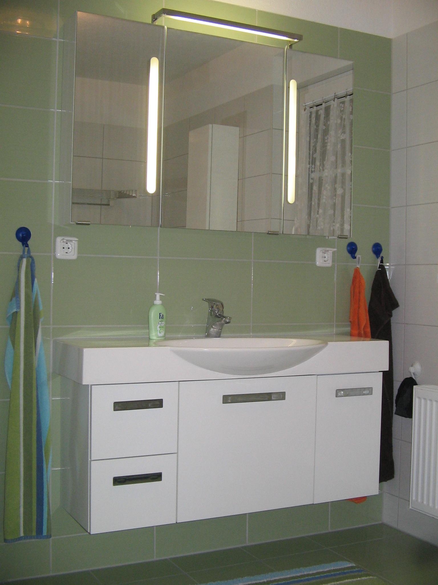 spiegelglanzfronten im bad k chenfront 24. Black Bedroom Furniture Sets. Home Design Ideas